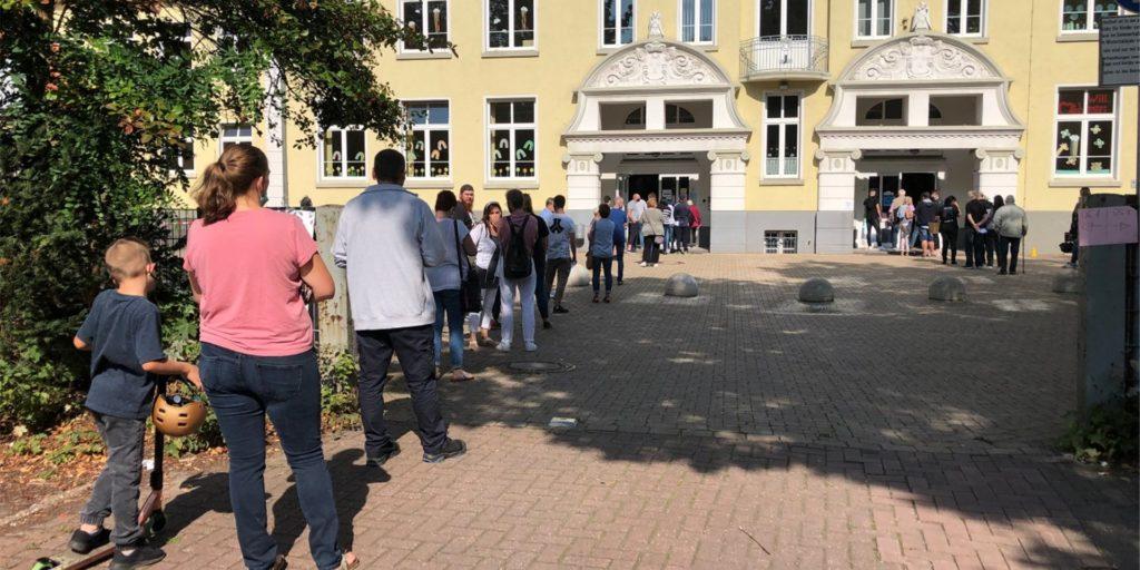 Lange Schlangen an der Grundschule Am Busch in Castrop-Rauxel: Hat der Wahlleiter das Problem im Vorfeld unterschätzt? Er sagt nun, er sei zufrieden und erklärt die Wartezeiten.