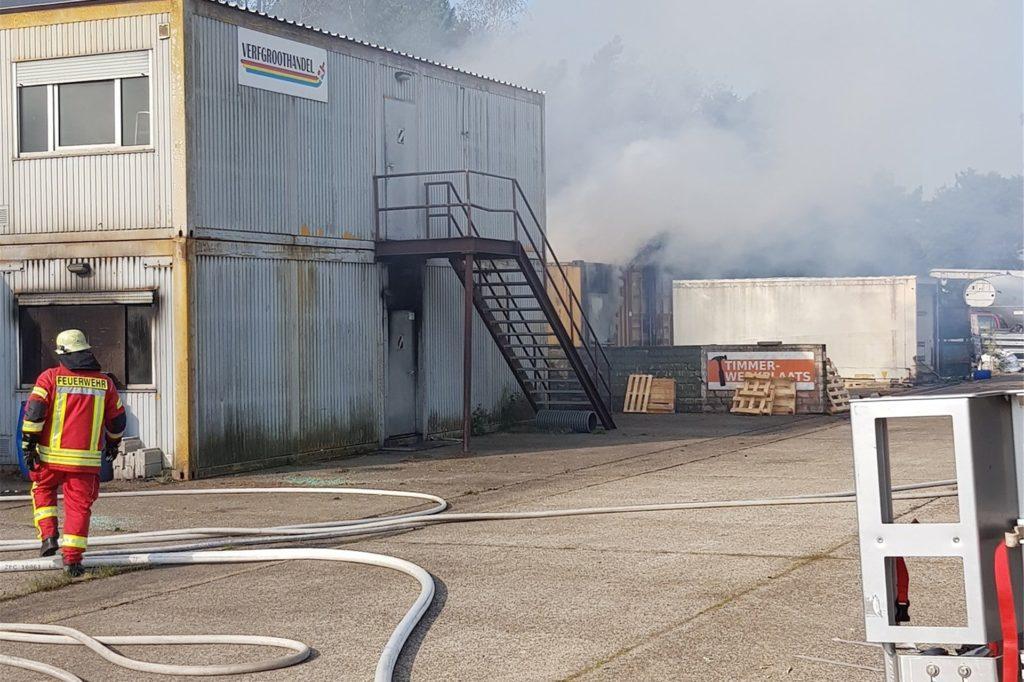 Rauch und Feuer wurden mit Holz in einem speziellem Container erzeugt.