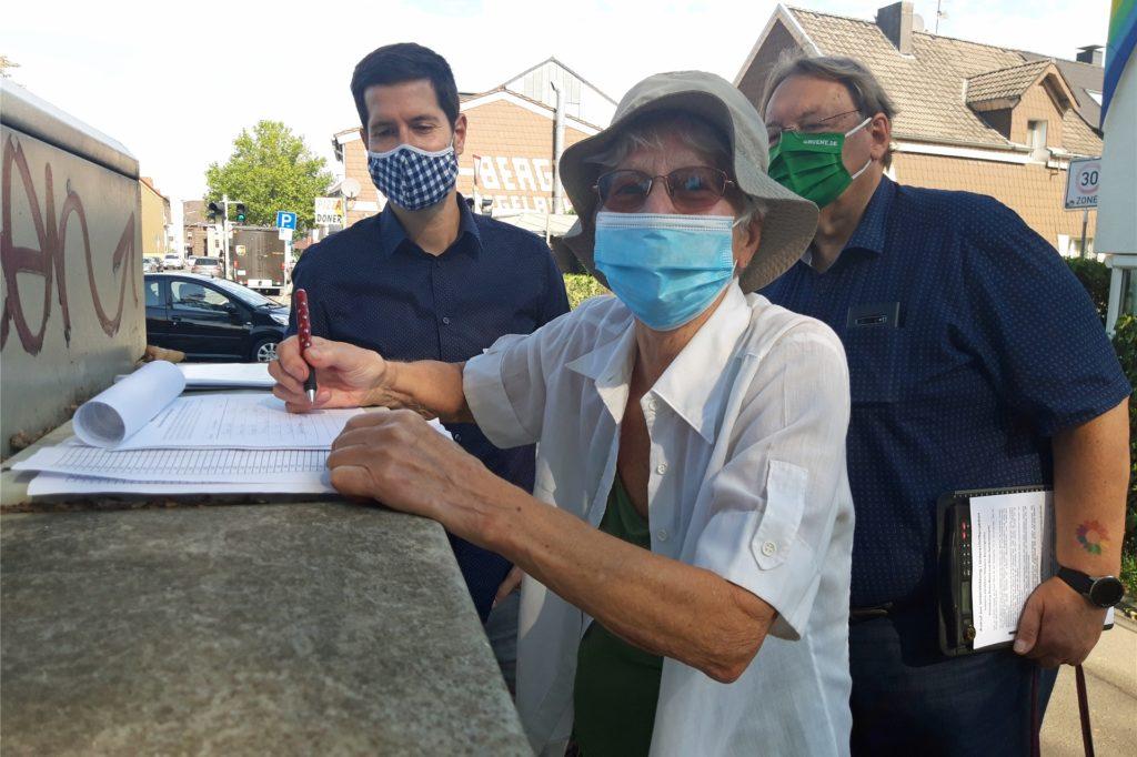 Die Initiatoren waren angetan vom Zuspruch bei der Unterschriftenaktion auf der Benninghofer Straße - inzwischen liegen die Unterschriftenlisten in mehreren Geschäften aus.