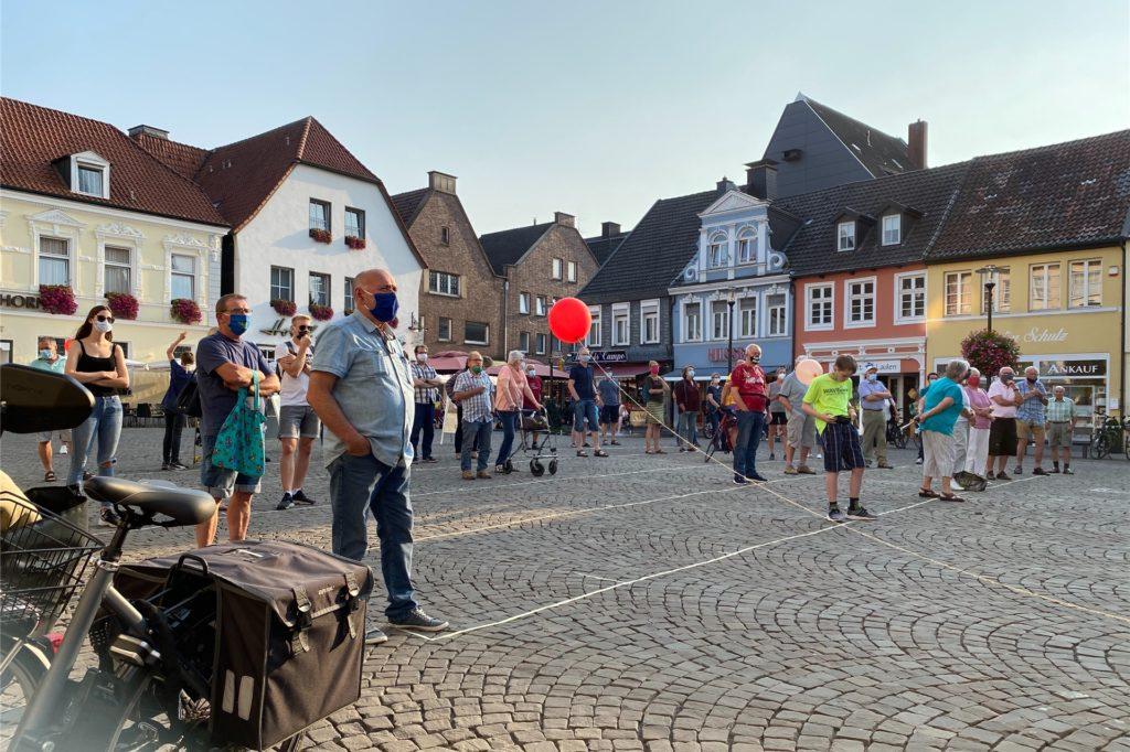 Etwas mehr als 30 Personen waren am Mittwoch (16. September) auf dem Werner Marktplatz zusammengekommen, um gegen das Neubaugebiet