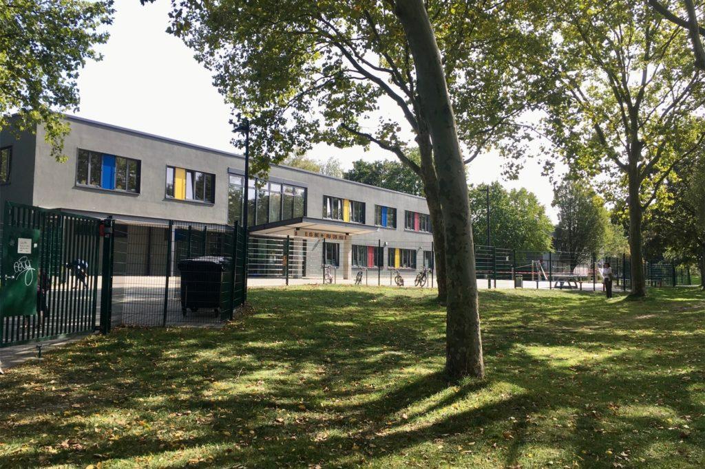 Der Schulhof der Elisabeth-Grundschule in Eving soll um einen Teil der Grünfläche mit den Schatten spendenden Bäumen erweitert werden