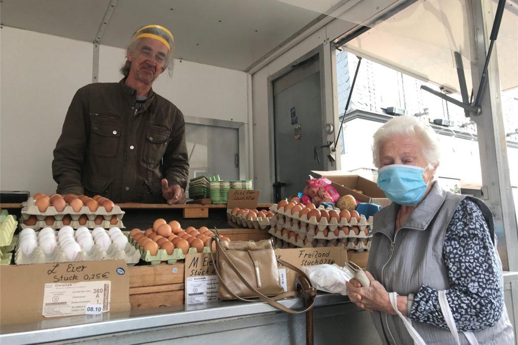 Edgar Dzielak ist seit 25 Jahren auf dem Markt, Helga Jabs gehört seit mindestens 15 Jahren zu seinen Stammkundinnen. Dzielak kann sich über das Geschäft nicht beklagen.
