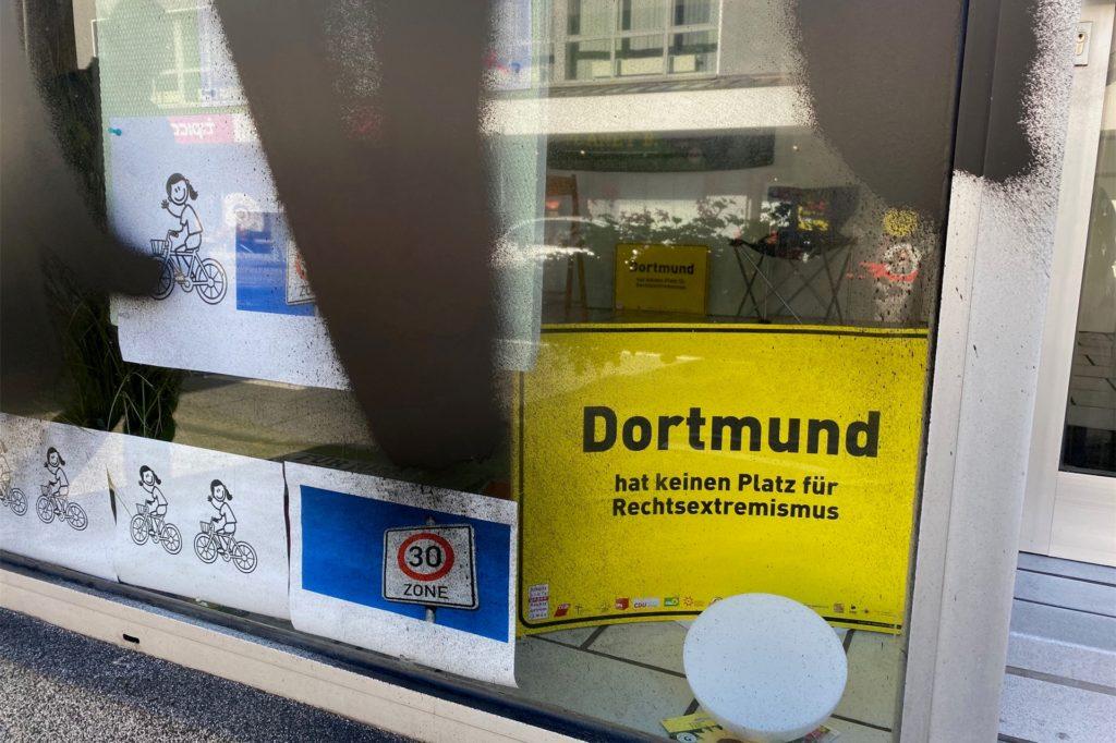 Die einzige Botschaft gegen Rechts, die noch halbwegs im Schaufenster zu sehen ist: ein gelbes Schild mit eindeutiger Aufschrift.