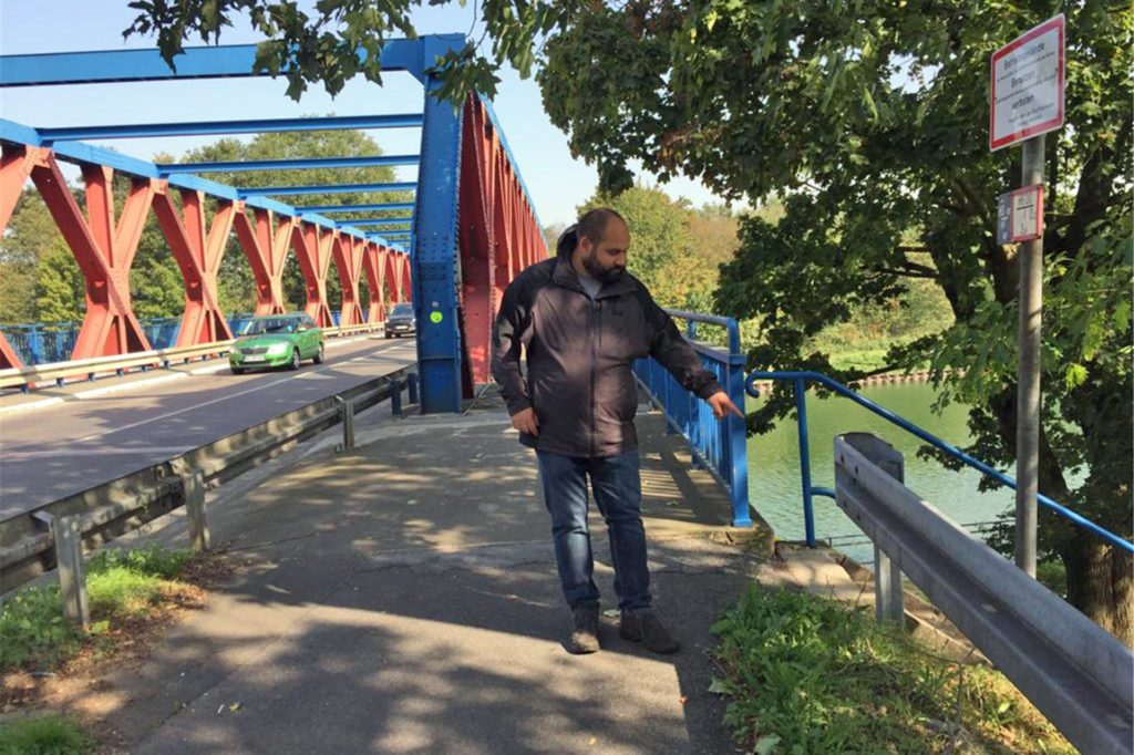 Eine Tasche mit Waffenteilen und einen verschlossenen Metallkoffer entdeckte der 38-Jährige an einer Treppe vor der Brücke.