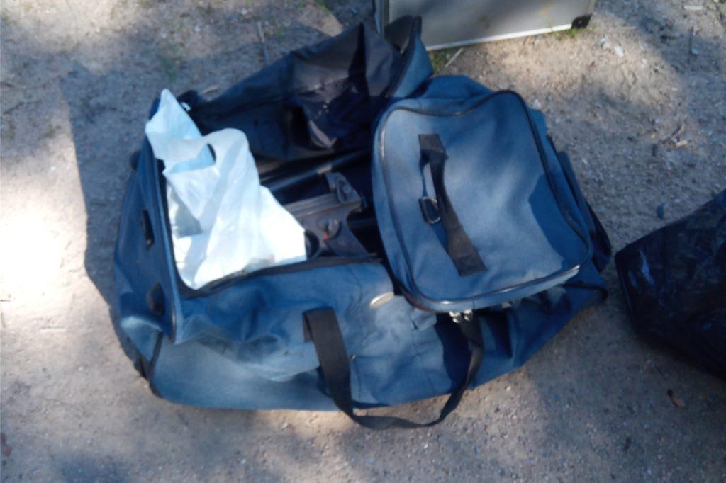 Diese blaue Sporttasche war in der Nähe der Brücke abgestellt.