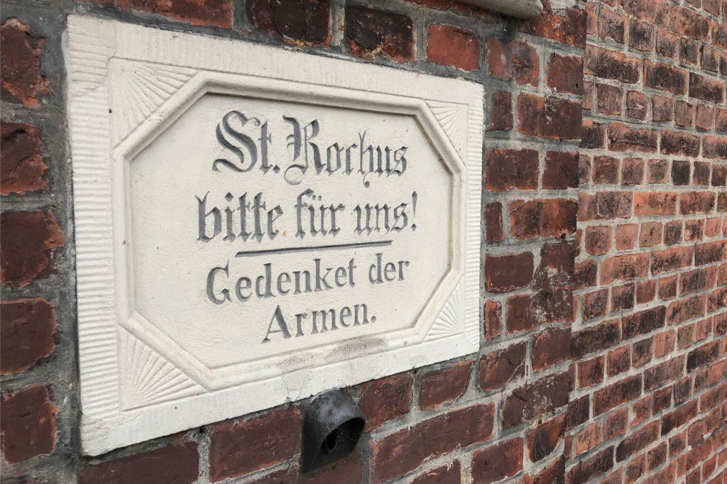 Diese Tafel ist unter der Figur an der Außenwand der Kapelle angebracht.