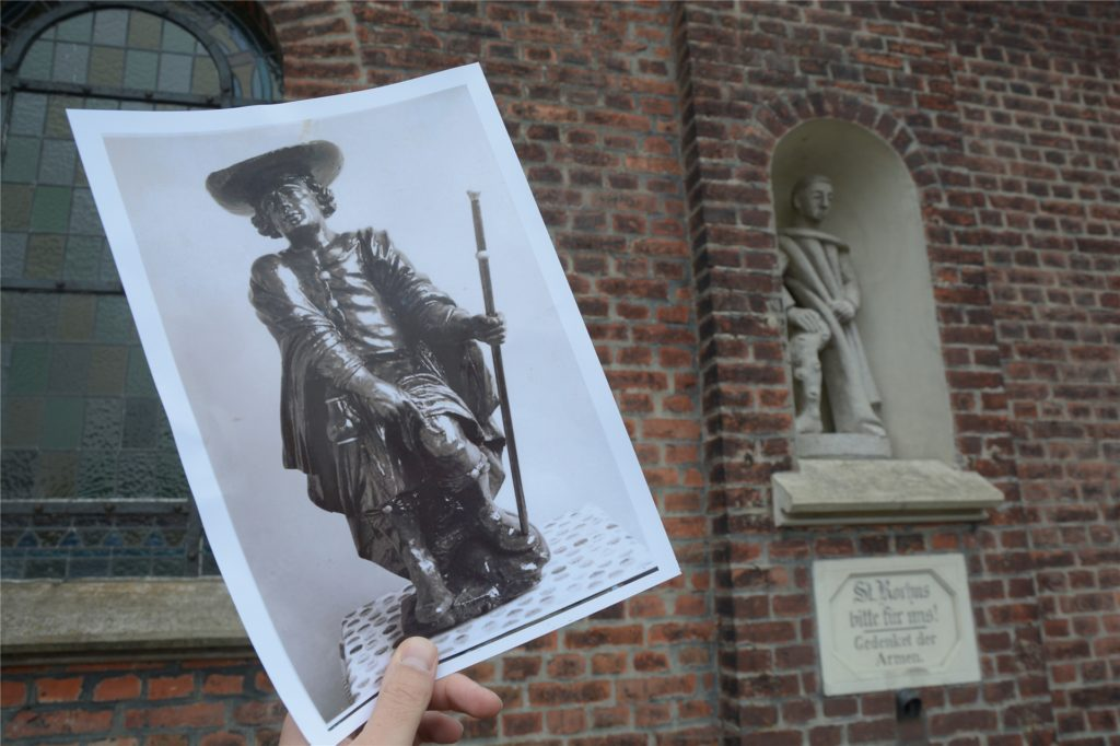 Die Statue des Heiligen Rochus soll gegen die Pest, Cholera und Lepra schützen - und ist heute im Inneren der Kapelle noch zu sehen. Das Schwärmännken, wie es auf Plattdeutsch auch heißt, weist mit der Hand auf ein Geschwür am Knie hin.