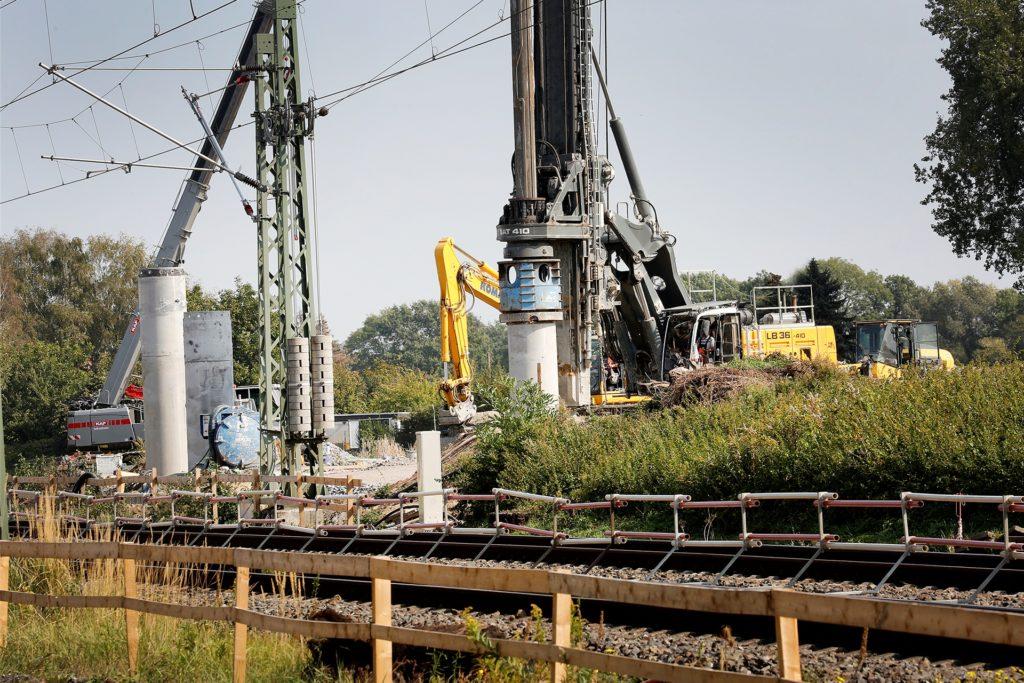 Zurzeit werden 250 Bohrpfähle gesetzt, die eine wasserdichte Baugrube bilden. 60 weitere Pfähle kommen in den Boden unter dem Gleisbereich, wenn die Bahnstrecke Dortmund-Hamm vom 9. bis 26. Oktober gesperrt ist.
