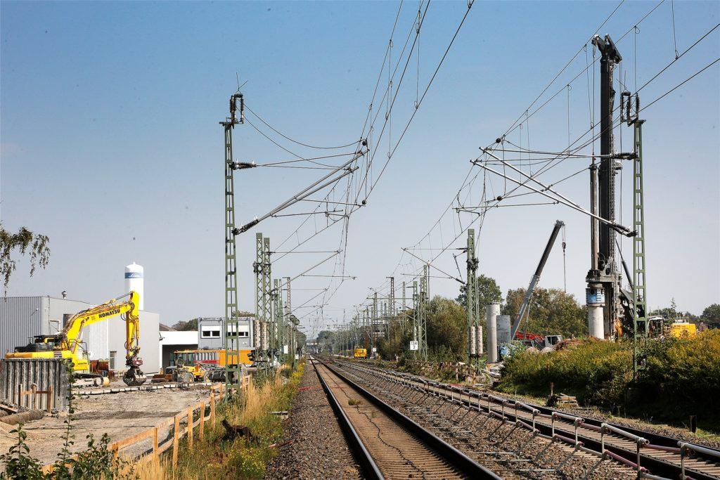 Ab dem Jahr 2023 werden Lastwagen, Autos und Radfahrer an dieser Stelle unter diesen Gleisen hergeführt. Die Gesamtkosten für die Unterführung und die Straße belaufen sich auf ca. 34 Millionen Euro.