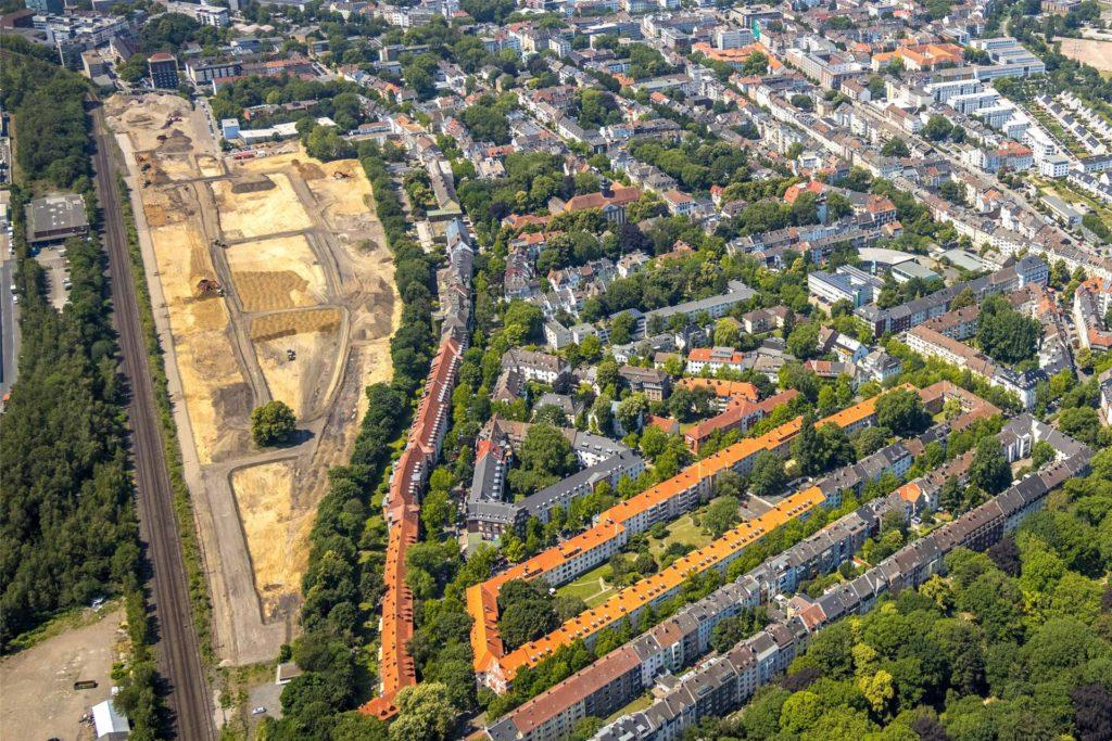 Auf dem Luftbild zeichnen sich bei den Erdarbeiter auf dem alten Südbahnhof-Gelände bereits die Straßen des neuen Wohnquartiers ab. Es schließt an das Kaisterstraßen-Viertel (r.) an. Links verläuft die S-Bahn-Linie 4.