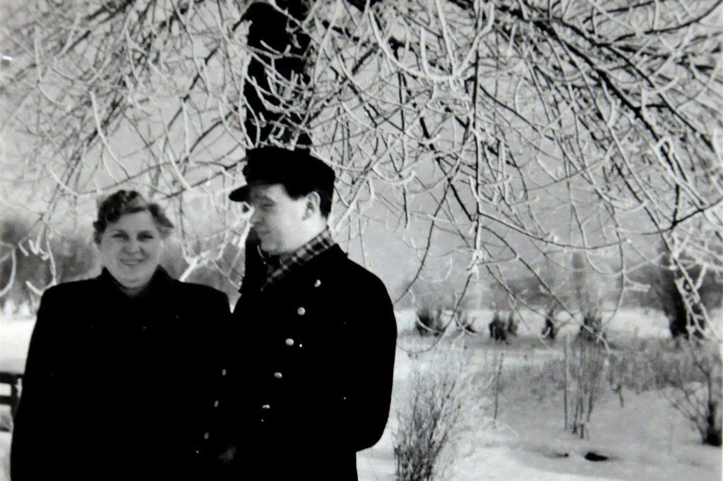 Im Eiswinter 1956 ging Werner Stoffel von seiner Dienststelle im Rangierbahnhof Hagen-Hengstey, wo er sich mit einer Kollegin fotografieren ließ, über den zugefrorenen Hengsteysee (im Hintergrund).