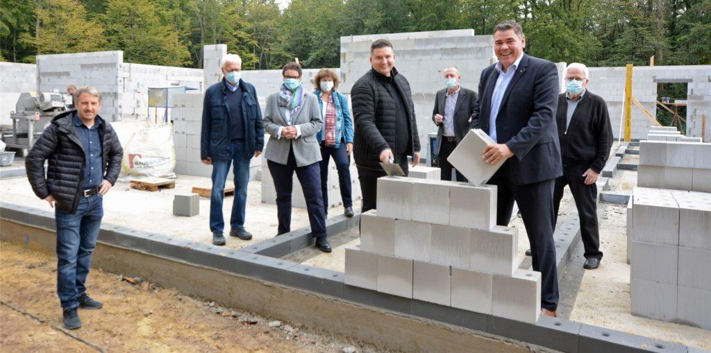 Bei der offiziellen Grundsteinlegung für den neuen Kindergarten konnten die Gäste sehen, wie weit die Arbeiten nur einen Monat nach dem Start fortgeschritten sind - sehr zur Freude von Bürgermeister Mario Löhr (2.v.r.) und Björn Reus (4.v.r.) von der Investorenfamilie .