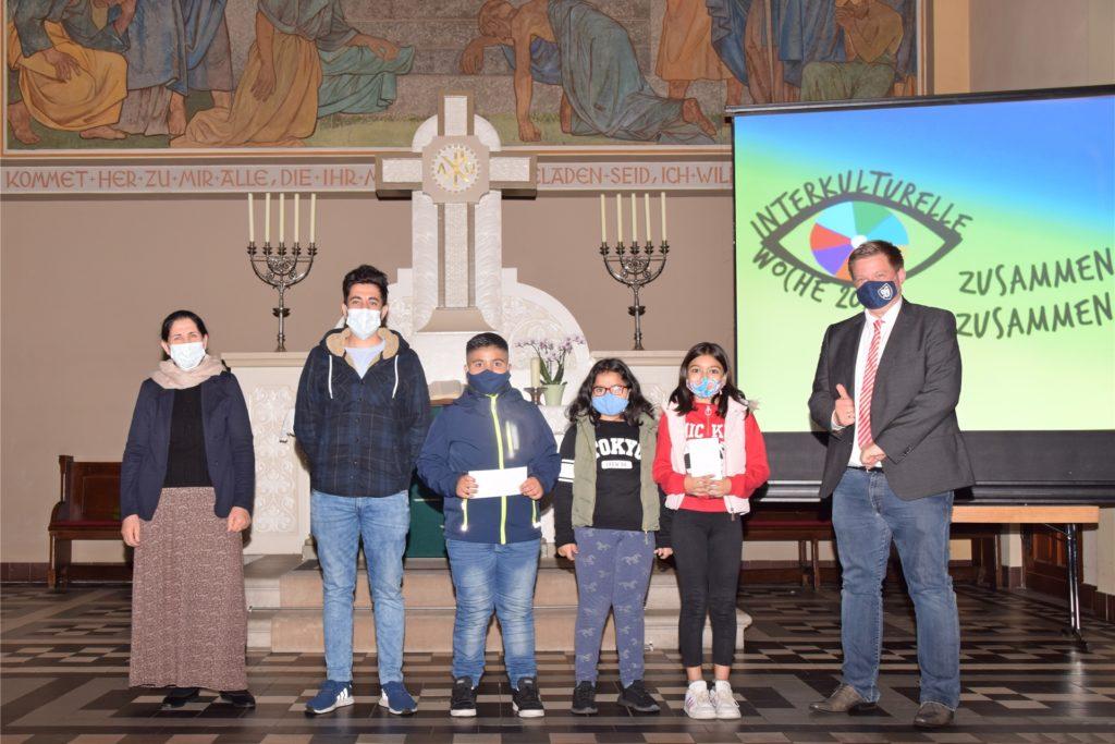 Die Gewinner (von l.) Mutter und Sohn Yousuf Saado, Omar Abbaszade, Nurjan und Parvana Sayidli und der designierte Bürgermeister Andreas Stegemann (CDU).