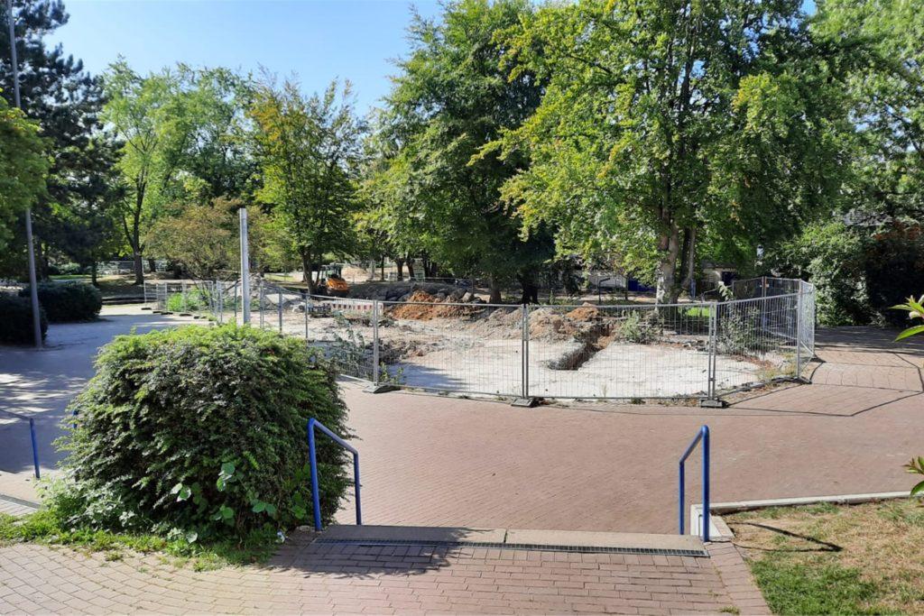Nicht nur Schüler der Gesamtschule, auch alle Besucher der Stadtteilbibliothek kennen diesen Anblick: Der ehemalige Brunnen der Schule ist eine große Baustelle.