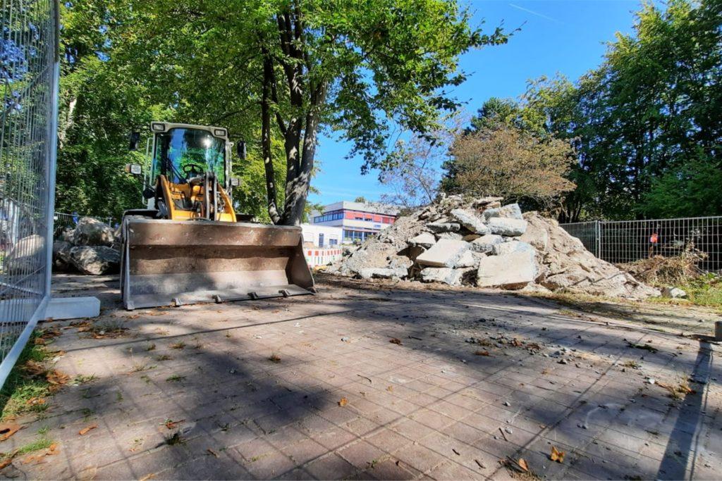 Schuttberge und Bagger statt Wasserschnecke und Wildblumenwiese: Der Neubau des Brunnen verzögert sich.