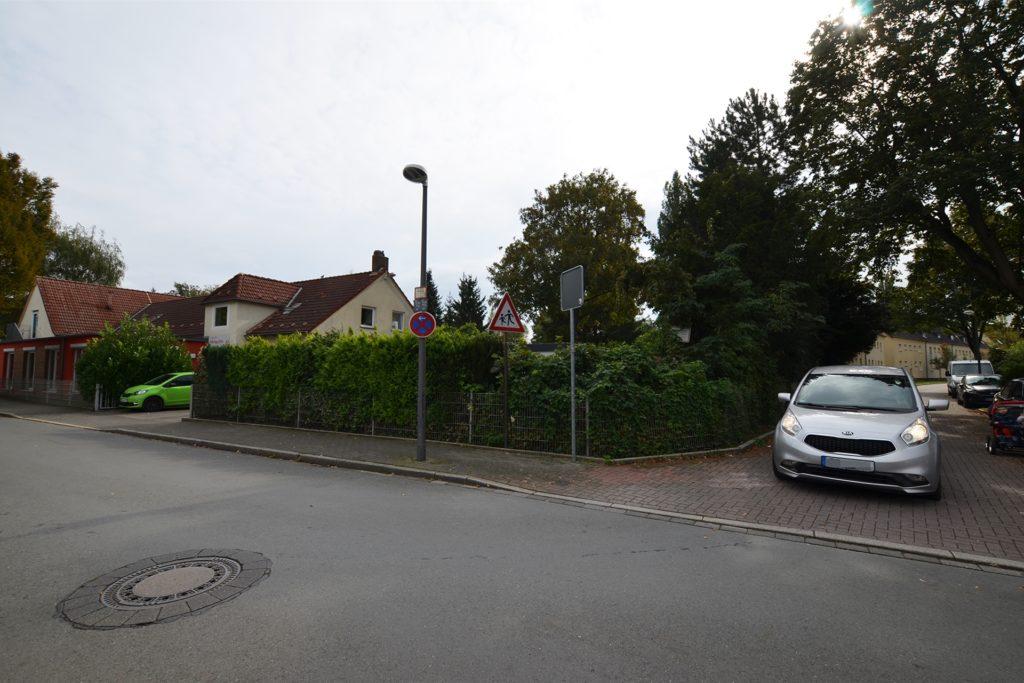An der Einmündung zur Oskarstraße liegt eine Kindertagesstätte. Ihr Garten grenzt an beide Straßen und hat einen niedrigen Zaun.