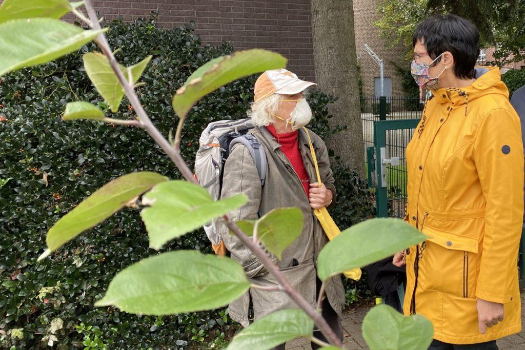Gemeinde-Diakonin Petra Grohnert im Gespräch mit Volker Hardt aus Recklinghausen, der dort den Hain der Menschenrechte iniziierte und bei der Baumübergabe am Sonntag die Bedeutung der Menschenrechte betonte.