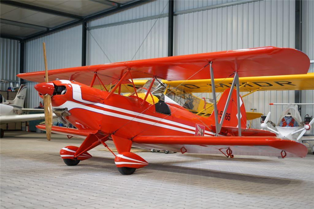 Neben den neuen Ultraleicht-Flugzeugen stehen in den Hallen des Flugplatzes auch ältere Schätze mit Charakter.