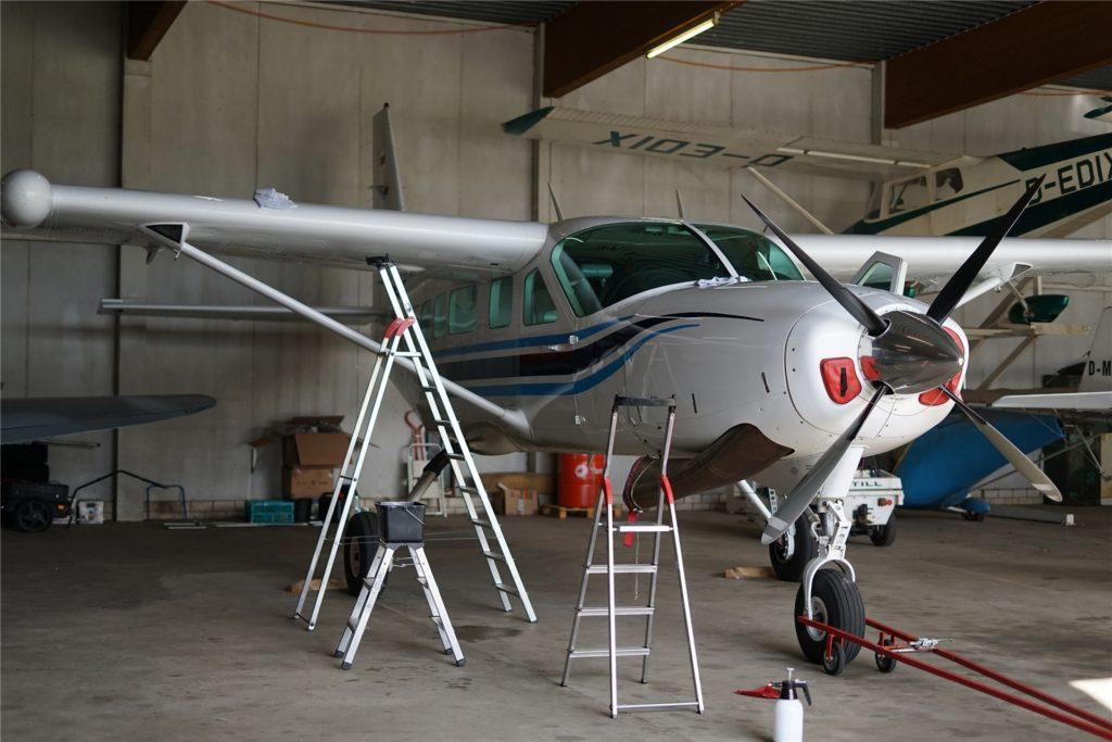 Bevor es Fallschirmspringer in die Luft befördert, wird das Flugzeug von Skydive Stadtlohn poliert und auf Vordermann gebracht.