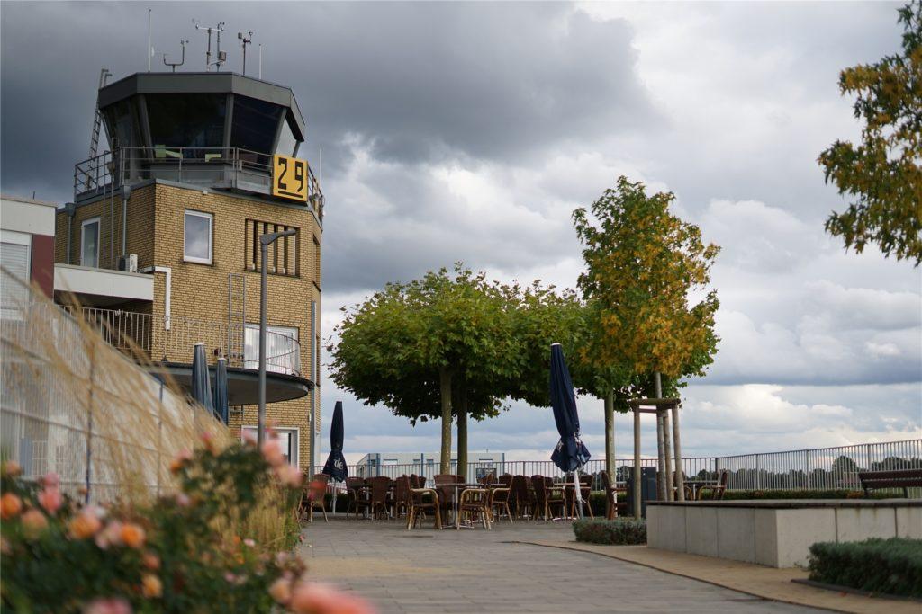 Bei schönem Wetter tummeln sich auf der Terrasse des Flugplatz-Restaurants viele Gäste, um den Flugverkehr zu beobachten.