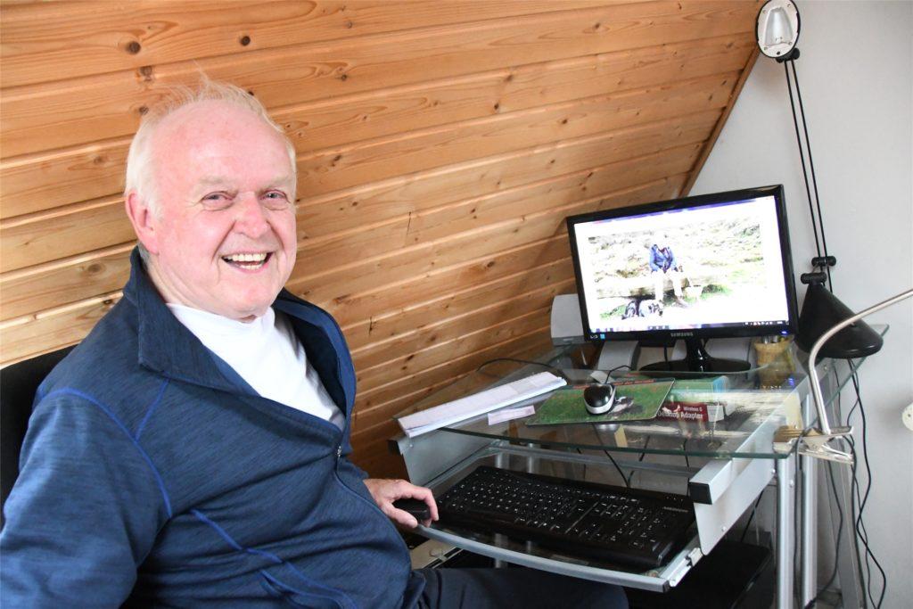 Diethelm Textoris am Computer. Hier schreibt der 76-Jährige seine Artikel für unser Medienhaus.