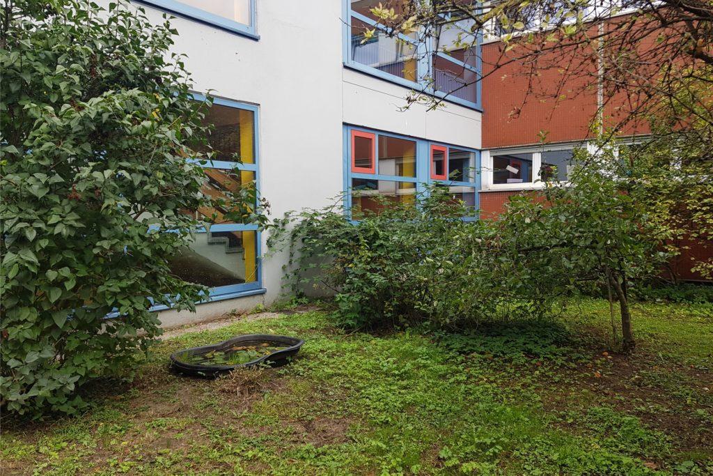Der verwunschene Garten im Innenhof der Erich Kästner-Gesamtschule soll bald in neuem Glanz erstrahlen.
