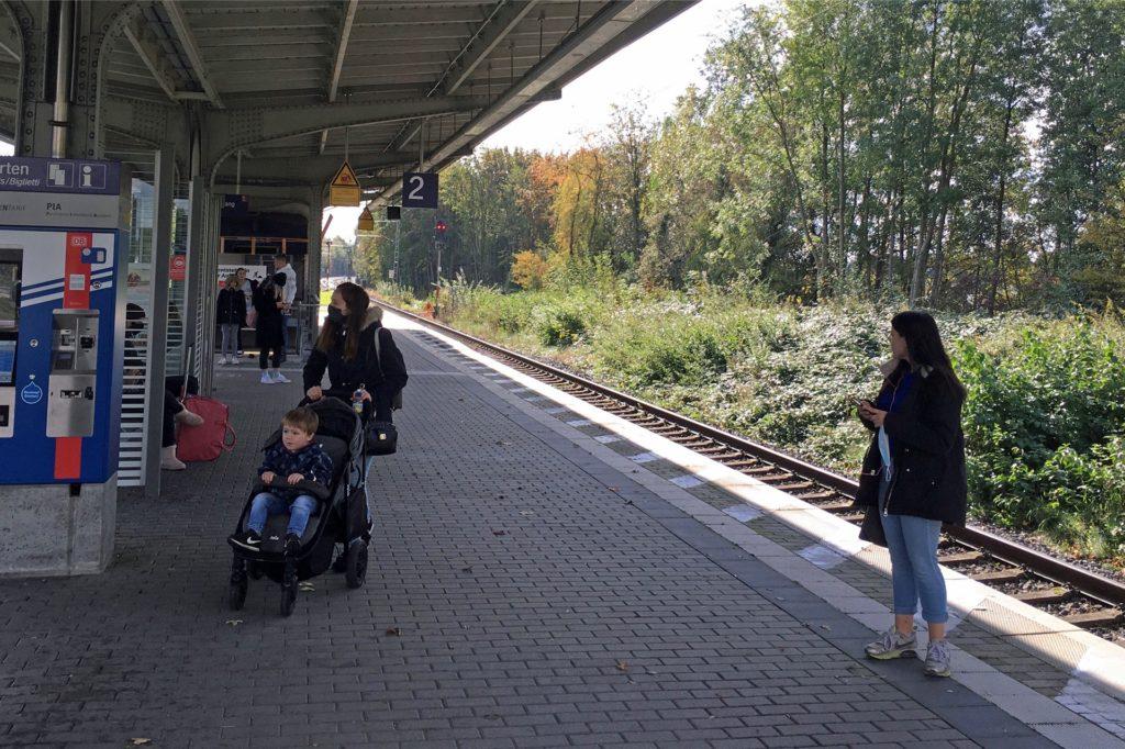 Menschen warten am Bahnhof in Werne, um mit dem Zug nach Münster oder nach Dortmund zu fahren. Seit Samstag ist das wieder durchgängig möglich.