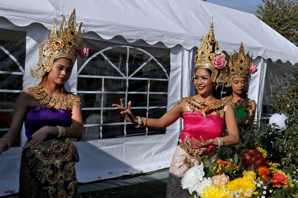 Thailändische Tänzerinnen traten zur Einweihung der Figur auf.