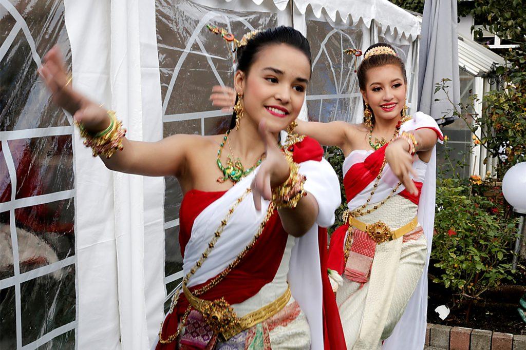 Grazil bewegten sich die Tänzerinnen bei der Zeremonie.