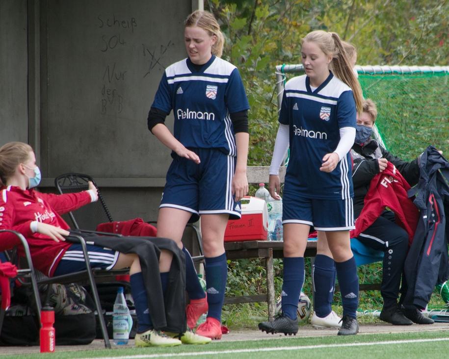 Marie Peters (r.) spielt jetzt Fußball für Concordia Flaesheim II in der Kreisliga A statt Handball für die PSV Recklinghausen in der 3. Liga.