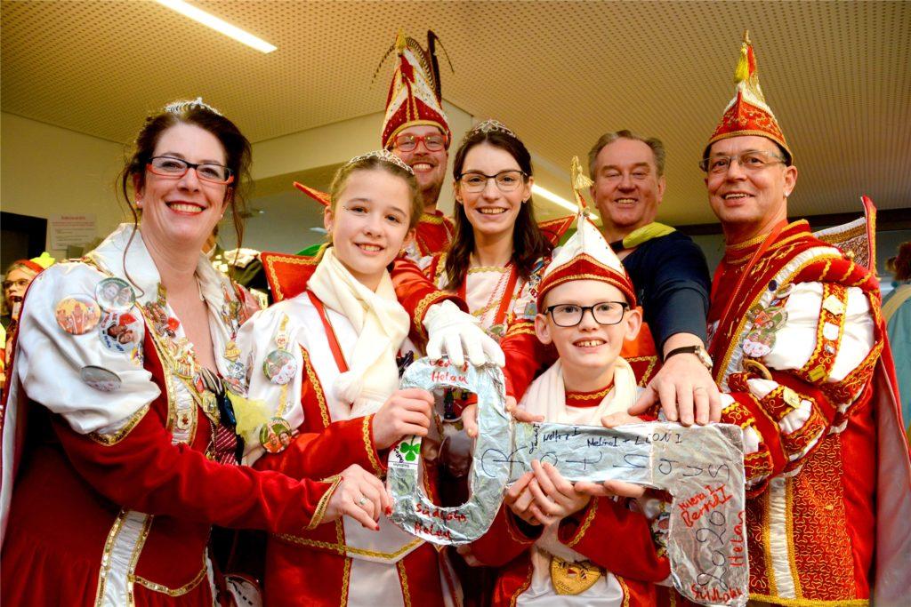 Angenehmes Pflichtprogramm: Die Karnevalsprinzen und -prinzessinnen aus Südlohn und Oeding haben Bürgermeister Christian Vedder immer am Donnerstag vor Rosenmontag den Schlüssel zur Gemeinde entrissen.