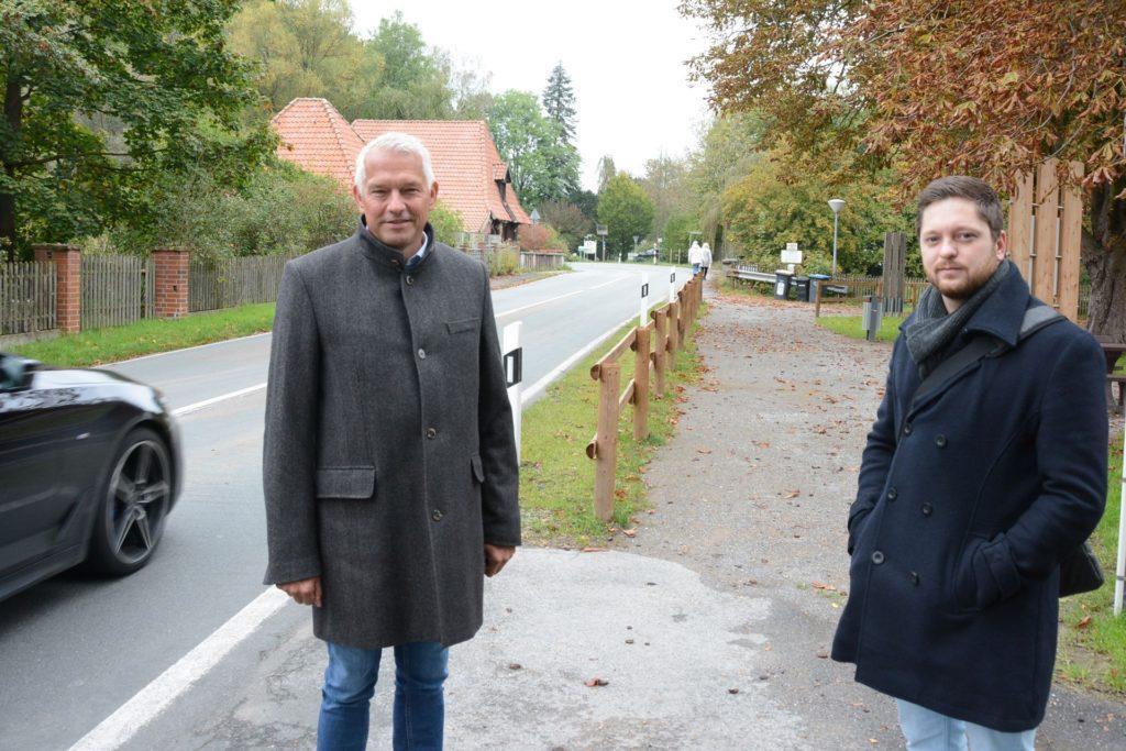 Niklas Zuz (r.) von der Olfener Stadtverwaltung und Bürgermeister Wilhelm Sendermann an der Kökelsumer: Hier queren künftig verstärkt Radfahrer und Fußgänger die Straße.