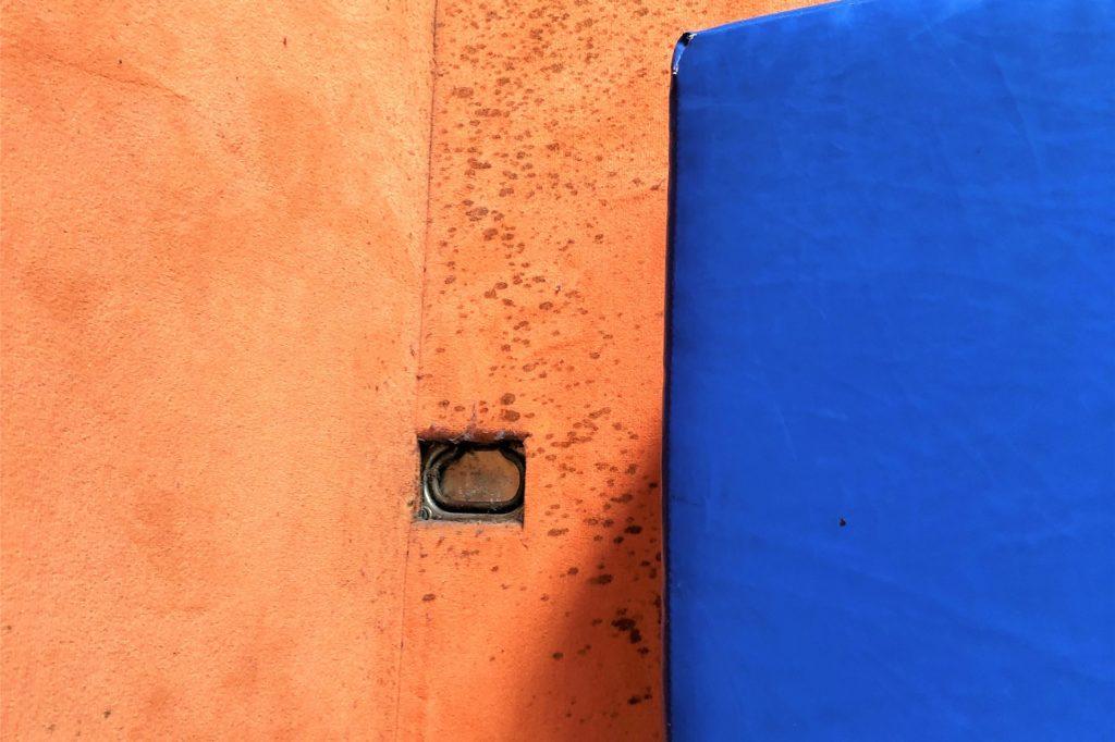 Alter Schmutz wie dieser soll noch in diesem Quartal in der Sporthalle in Marten beseitigt werden.