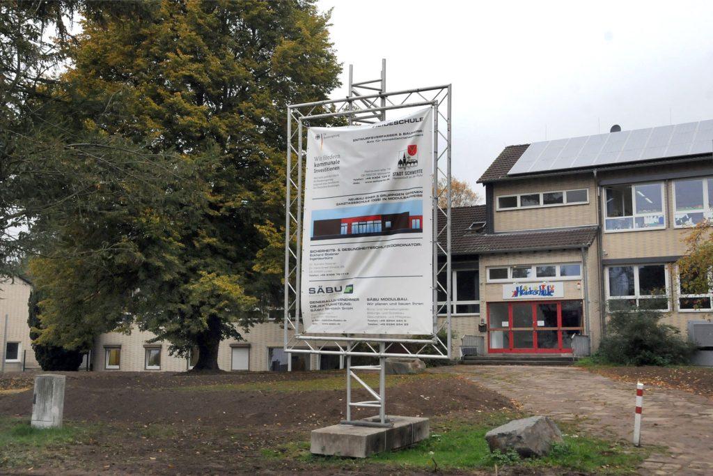 Hinter der Heideschule an der Heidestraße wird für 2,3 Millionen Euro ein neues Gebäude für die Offene Ganztagsschule errichtet.