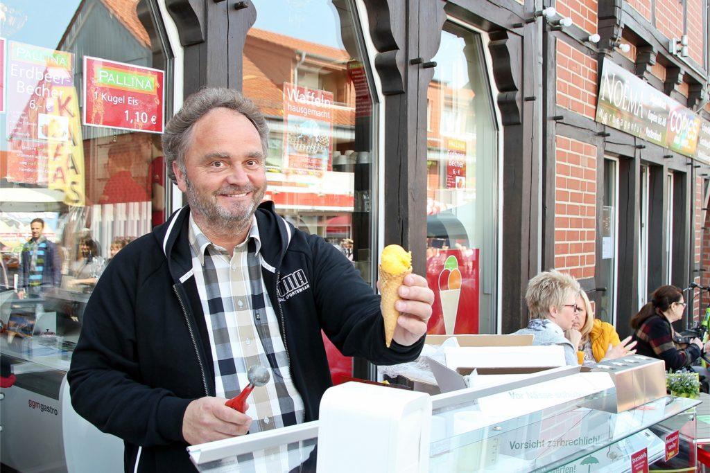 Markus Pieper betreibt zwei Geschäfte an der Schloßstraße und würde sich über die Möglichkeit freuen, an den Adventssonntagen öffnen zu dürfen. Große Chancen sieht er dafür aber aktuell nicht.