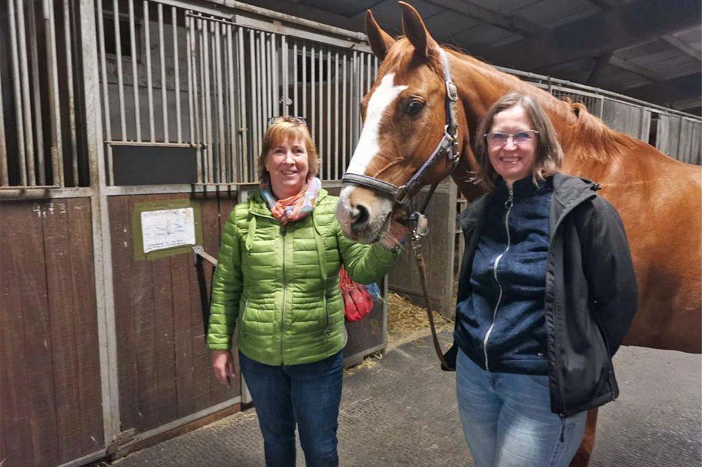 Das Führungsduo Elke Kirchfink (Geschäftsführerin) und Corinna Grove verbringt nahezu jede freie Minute im Stall.