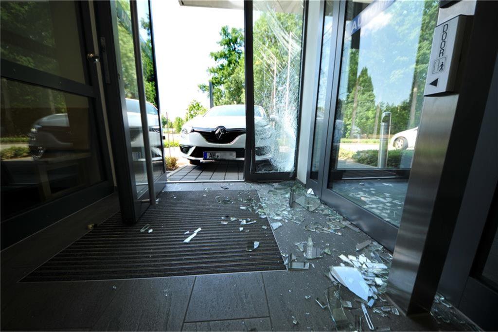 Krachte der Angeklagte mit Vorsatz oder versehentlich in die Eingangstür der Polizeiwache? Noch konnte das nicht vor Gericht geklärt werden.