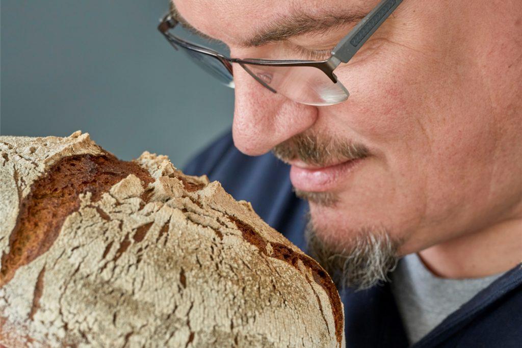 Das Brotbacken und Verzehren ist auch mit sinnlichem Erleben verbunden.