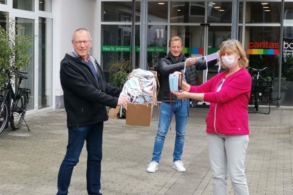 Nach einem Hilferuf der Kirchhellener Seniorenheime hatten über 50 Freiwillige rund 200 Masken genäht. Diese wurden von Bezirksbürgermeister Ludger Schnieder übergeben.