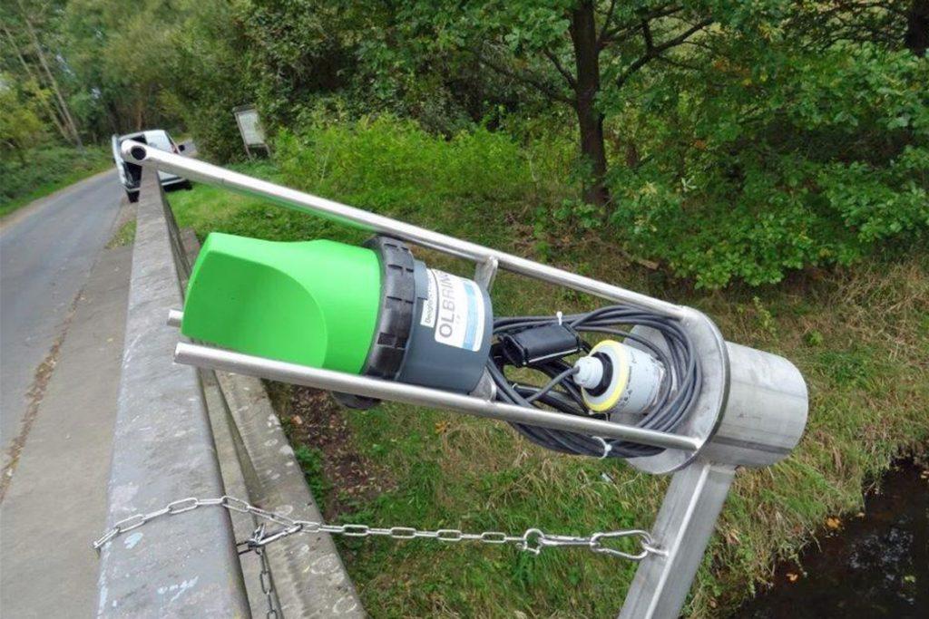 So sieht ein Pegelmessgerät ohne zerstörungssichere Verkleidung aus. Per Radar wird der Abstand zum Wasser festgestellt in zeitlichen Intervallen, die die Stadt Stadtlohn einstellen kann.