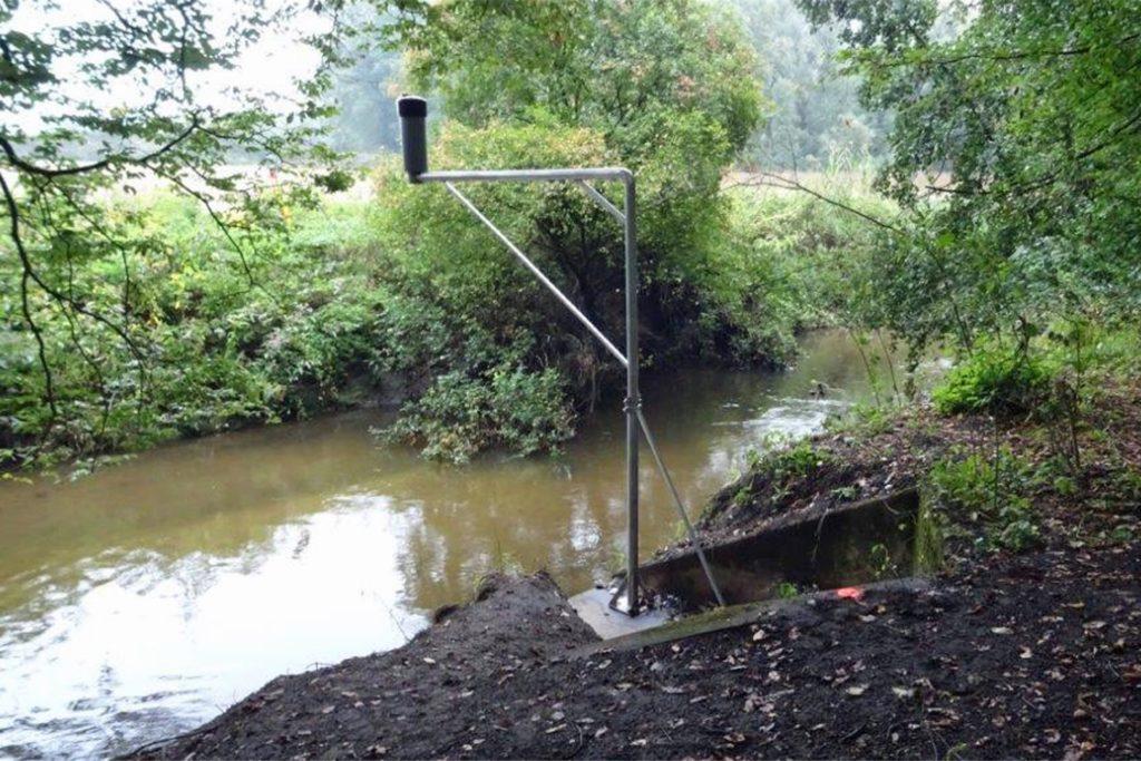Ein Standort in Stadtlohn ist die Brücke bei Harrier. Hier hat das Messgerät einen provisorischen Standort an einem Galgen - die Brücke wird wieder aufgebaut, dann wird das Gerät ans Geländer montiert.