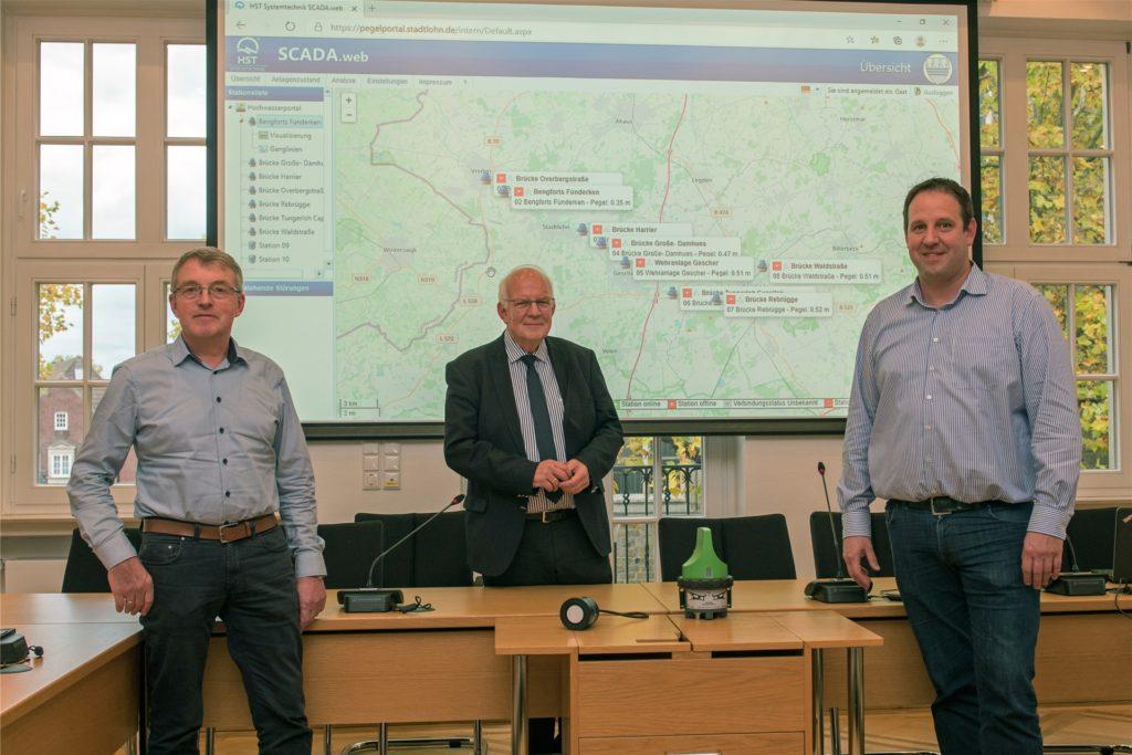 Sind froh, dass das von der Stadt Stadtlohn initiierte Berkelpegel-Messystem jetzt an den Start gehen kann (v. l. )  Ewald Rathmer, Bürgermeister Helmut Könning und Gerd Große Frericks.