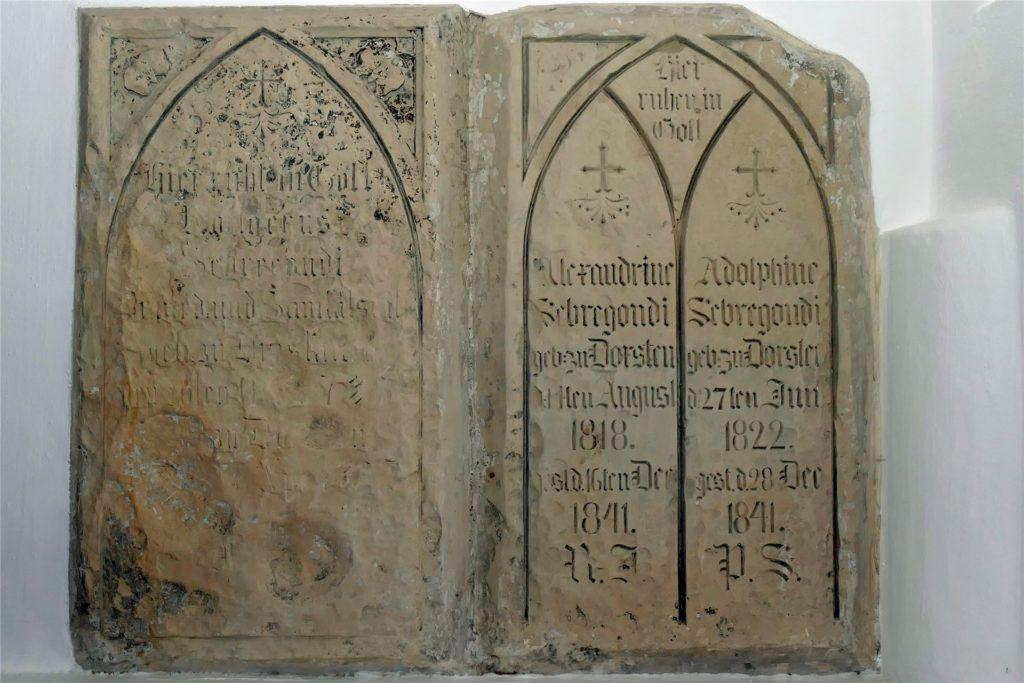 Dieser Grabstein für die im Jahre 1841 an Typhus verstorbenen Arzttöchter Sebregondi befindet sich im Treppengewölbe des Alten Rathauses am Marktplatz.