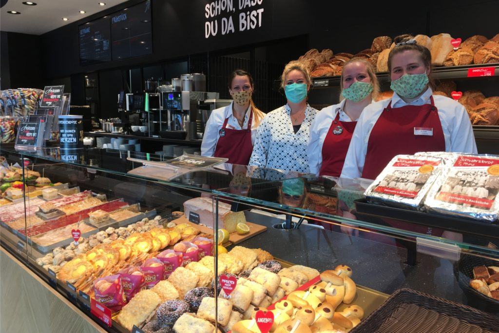Schon gut zu tun hatte das Team von Essmann's Backstube am erste Verkaufstag in Selm.