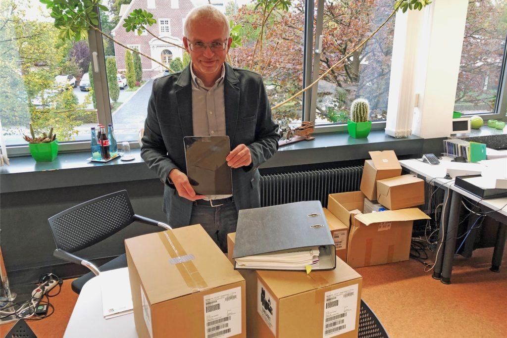 Kartonweise sind iPads für Schüler und Lehrkräfte angekommen im Rathaus und stapelten sich während der Herbstferien in Werner Stödtkes Büro. Die beiden Grundschulen sollen digitaler ausgestattet werden.