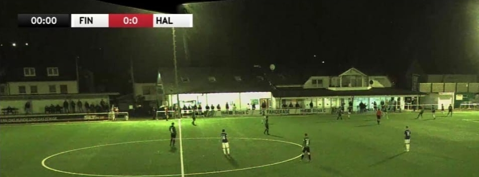 Auf Aufnahmen der Übertragung des Spiels zwischen der SG Finnentrop-Bamenohl und dem TuS Haltern am See sind auf einer Seite des Feldes rund 30 Zuschauer zu sehen.