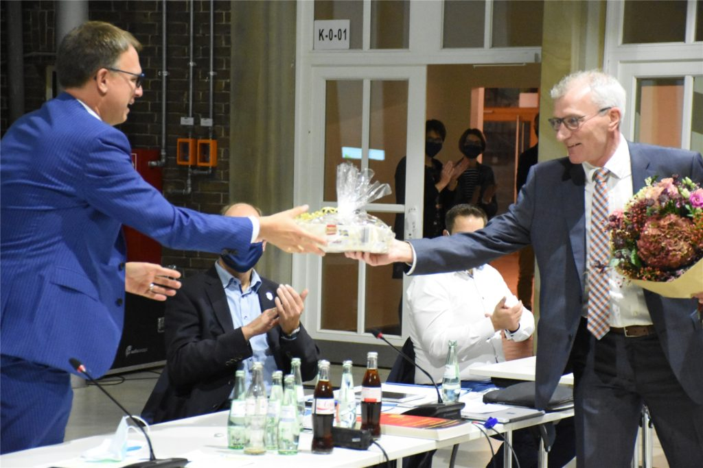 Bernd Kemper überreichte als Geschenk
