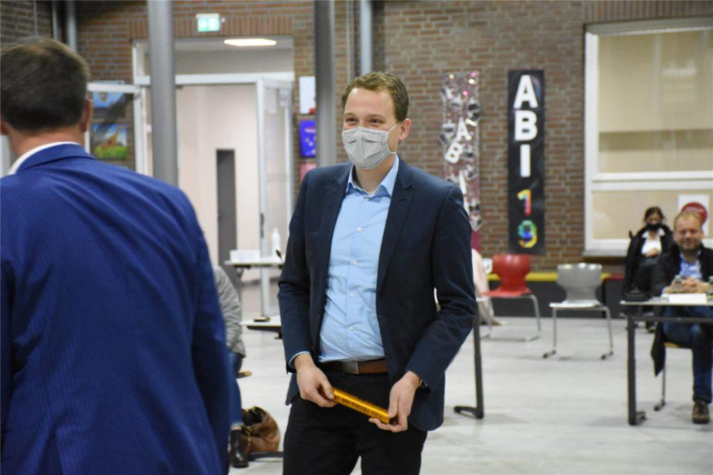 Christoph Holtwisch überreichte den Staffelstab an seinen Nachfolger Tom Tenostendarp.