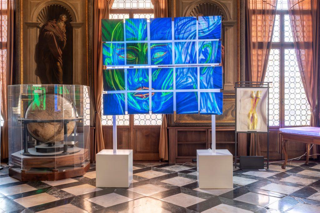 Die Werke des Vredeners stehen neben bedeutenden Ausstellungsstücken wie dem Globus von Galileo.