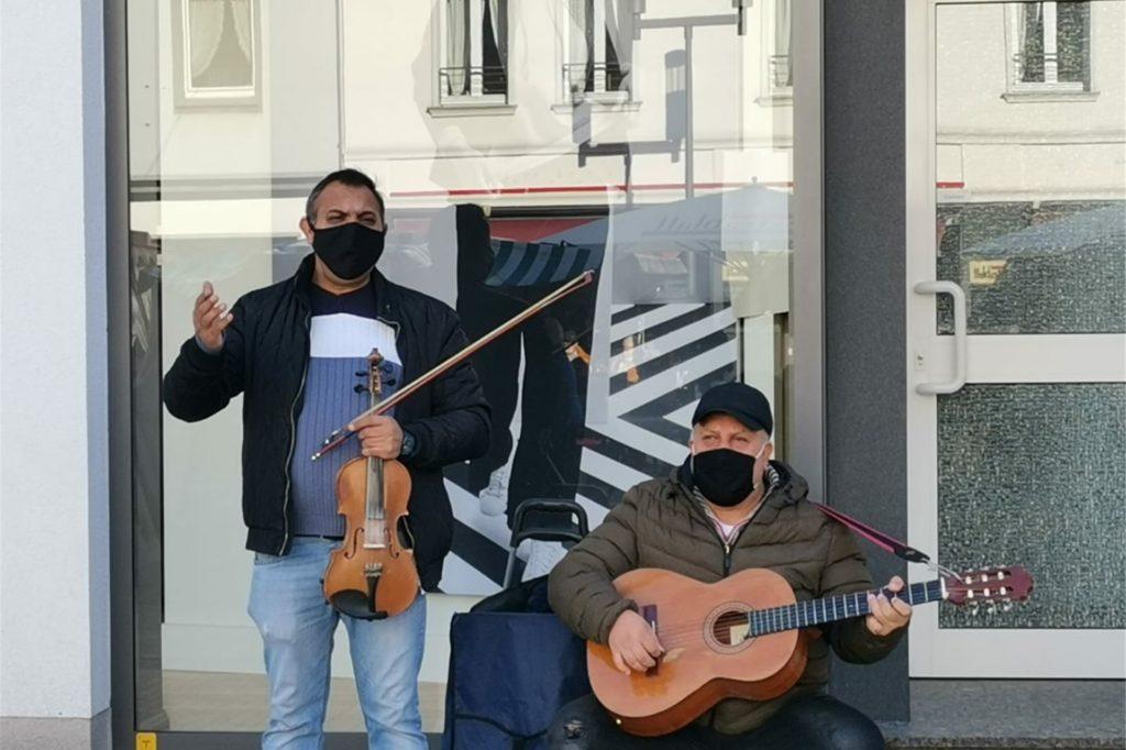 Zwei Straßenmusikanten sorgten für die Marktbesucher am Samstagmorgen für eine schöne Stimmung.
